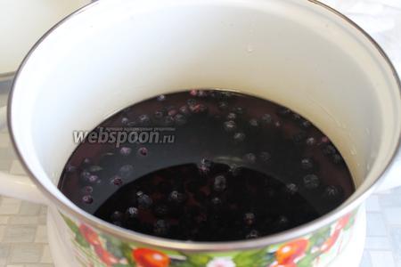 Залить ягоду холодной водой, довести до кипения и варить минут 5-10.