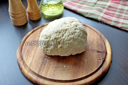 Замесить эластичное тесто и убрать его в холодильник на минут 20-30.