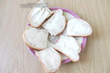 10-12 ломтиков белого батона смазать сливочным маслом с одной стороны. Батон берите по количеству едоков.