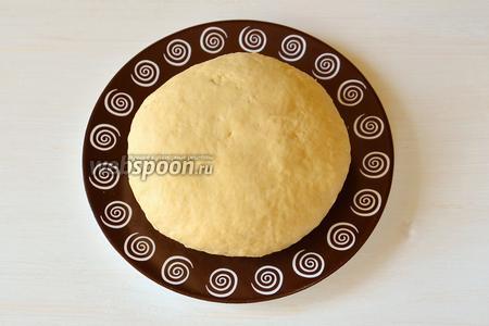 Выкладываем тесто из миски на разделочную доску и вымешиваем его ещё минут 10, чтобы тесто стало гладким и однородным. Подсыпать муки не нужно, так как тесто эластичное и не прилипает ни к рукам, ни к доске. Получается вот такой красивый колобок с жёлтым оттенком, так как желтки были яркие.