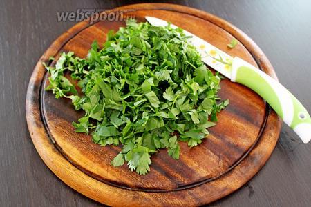 Зелень петрушки и кинзы мелко нарезать.