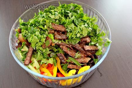 Смешать овощи, зелень, фасоль и мясо. Заправить заправкой и перемешать.