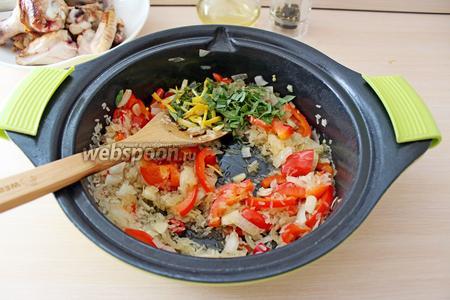 Добавить цедру и чабрец к овощам с рисом.