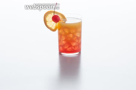 Как грамотно поместить восход солнца в коктейльный стакан? Да просто вылейте гранатовый сироп (гренадин) поверх апельсинового сока: у сиропа плотность выше, он сам на дно опустится. Ну, чего, красотень получилась? Маленькое примечание. Интернациональная ассоциация барменов почему-то не оговаривает такой детали сервировки Текилы Санрайз, как соломинка, но на практике мне показалось, что она при употреблении всё же была быть удобна. Коктейль содержит лёд, мне прикосновения льдинок к губам не понравились. Ну, и ещё грохот стоит, когда стакан поднимаешь-опускаешь.