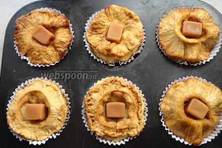 В центр кекса вкладываем (вдавливаем) конфету «Коровка». Выпекаем кексы в разогретой духовке, при температуре 180-190°С, 30 минут.