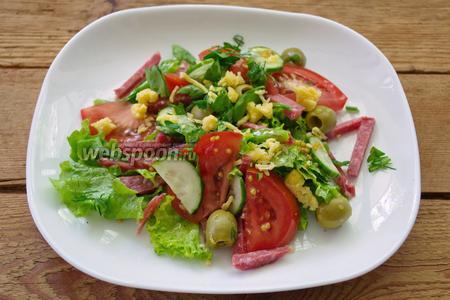 Факультативно, салат можно украсить кусочками сыра. Этот момент не обязателен. Вот наш салат и готов. Подавать сразу после приготовления к столу.