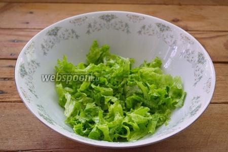 Салатные листья вымыть. Промокнуть бумажным полотенцем лишнюю влагу. Если этого не сделать, салат быстро станет вялым, а заправка будет стекать с салата. Нарвать листики руками. Поместить в миску.