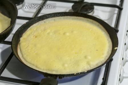 Выпекаем на хорошо разогретой блинной сковородке с горячим растительным маслом (1 ч. л.).
