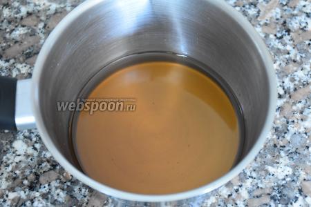 Сахар насыпать в сотейник и залить водой. Поставить на огонь и варить до полного растворения сахара. Снять с огня и остудить. Перелить в кувшин.