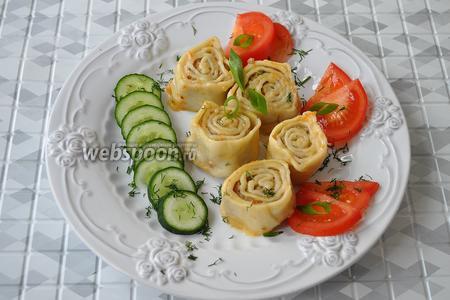 Подаём пельмени горячими с овощами и с любимым соусом или сметаной.