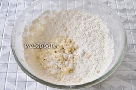 Добавим молоко и будем всыпать частями муку. Когда сформируется комок, можно вымешивать тесто на столе.