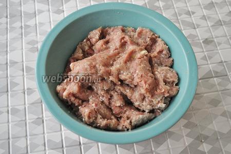 Пропустим всё через мясорубку, добавим перец и соль и перемешаем.