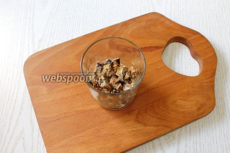 2 слой — мелко порезанные шпроты, отцеженные от масла.