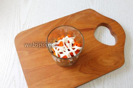 3 cлой — морковь, мелко порезанная кубиками и майонезная сеточка.