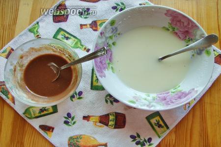 Для которой в миске смешиваем пудру, горячею воду и лимонный сок. Перемешиваем до однородности, отделяем немного в отдельную миску глазури и добавляем туда какао порошок, опять мешаем и получаем 2 глазури, белую и шоколадную. Перегружаем по кондитерским мешочкам и всё готово.