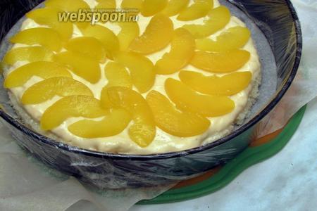 Выложить мусс и разложить на него любые фрукты, как можно плотнее друг к другу, у меня консервированные персики.