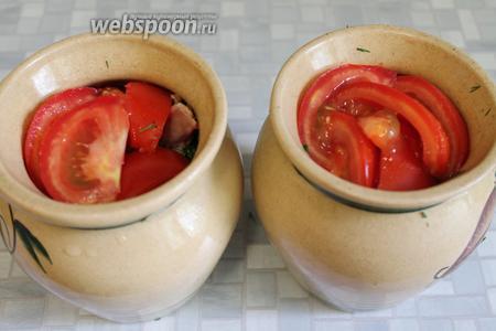 Сверху уложить крупные дольки помидора.