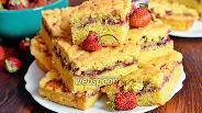 Фото рецепта Пирог с клубникой, бананами и смородиновым вареньем