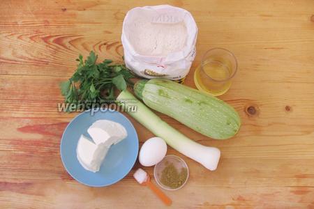 Подготовим ингредиенты для блюда. Почистим кабачок, помоем и обрежем лук-шалот.