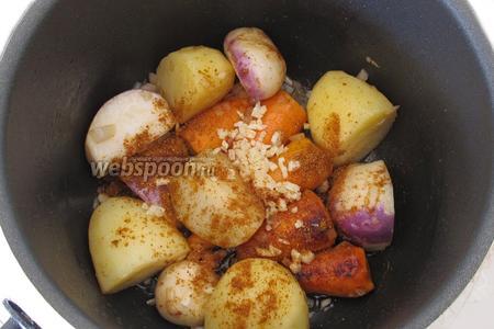 Добавим нарезанный чеснок и специи. Для приготовления блюда я использую готовую смесь 4 специй. Но можно добавить все 4 специи отдельно. Перемешаем и поджарим в течение 1-2 минут. Следим, чтобы чеснок не подгорел.