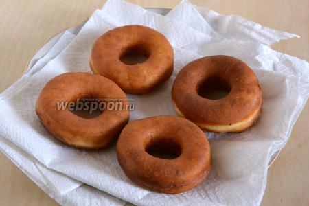 Обжаренные пончики выложите на кухонное полотенце для удаление лишнего масла.