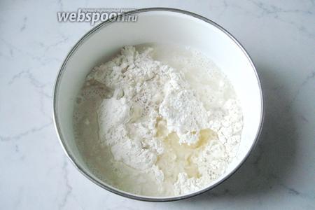 Добавляем в тесто подсолнечное рафинированное масло.