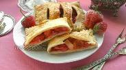 Фото рецепта Слойки с ревенем, клубникой и яблоком