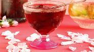 Фото рецепта Варенье клубничное с лепестками роз