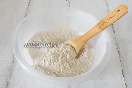 Просеять муку, разрыхлитель. Добавить соль, сахар, ванилин. Перемешать.