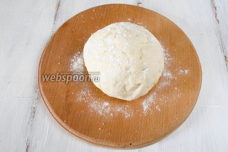 Скатать тесто в шар. Дать ему отдохнуть минут 10. Тесто получается нежным.