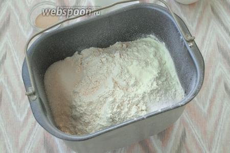 По углам засыпать сахар, соль и сухое молоко.
