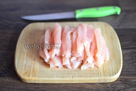 Филе курицы промываем и нарезаем тонкими полосками.