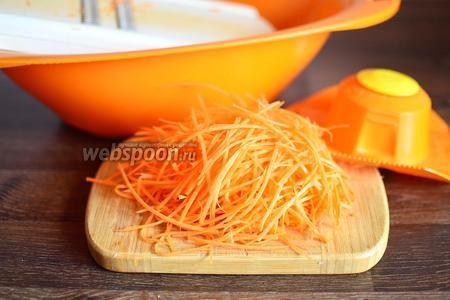 Морковь натираем длинными мелкими полосками на корейской тёрке.