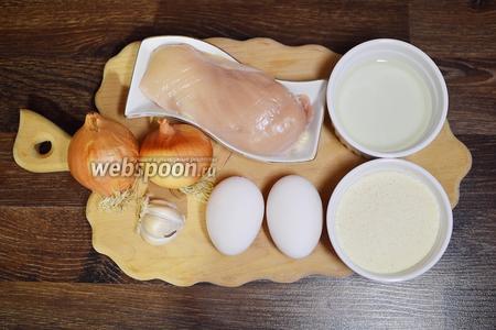 Для приготовления ленивых куриных отбивных подготовим грудку, манку, лук, яйца, масло, чеснок, приправы и соль.