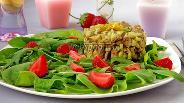 Фото рецепта Салат с куриной печенью и клубникой