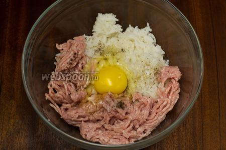 Смешиваем фарш, вареный рис, лук, добавляем соль, перец и яйцо, хорошенько перемешиваем.