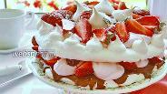 Фото рецепта Творожный торт с безе и клубникой