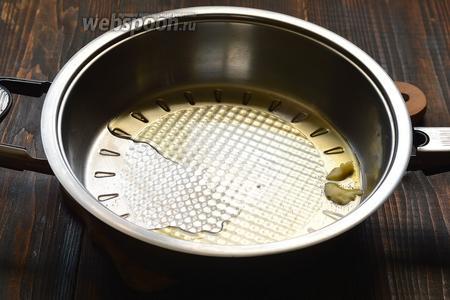 На сковороде разогреть топлёное масло.