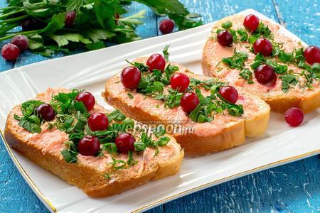 Бутерброды с икрой мойвы, клюквой и зеленью