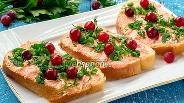 Фото рецепта Бутерброды с икрой мойвы, клюквой и зеленью