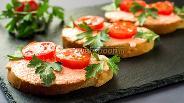 Фото рецепта Бутерброды с икрой мойвы и помидорами черри