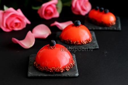 Муссовые пирожные с черничным конфи