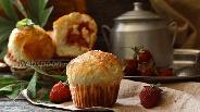 Фото рецепта Булочки с клубникой и кокосовой стружкой