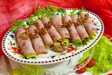 Рулетики из ветчины с инжиром и сыром Дор Блю