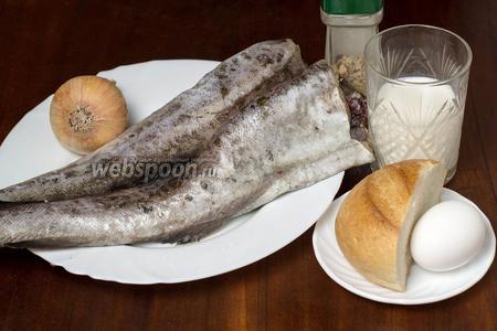 Для приготовления рыбных котлет нам понадобится минтай, чёрствая булка, молоко, лук, соль, перец, приправы для рыбы, подсолнечное масло для жарки.