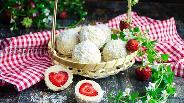 Фото рецепта Кокосовые шарики с клубникой