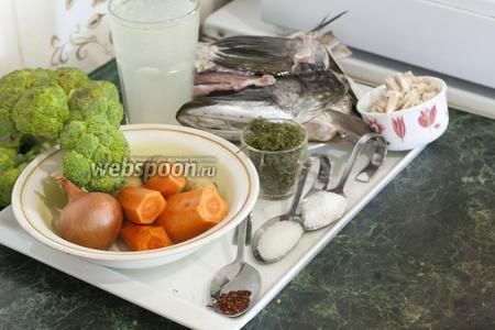 Подготовим заранее куриный бульон и отварную курицу, очищенную от кожи, жира и костей. Почистим щуку, оставив для ухи голову, хребет, плавники и немного рыбьего мяса.  Брокколи вымоем, обсушим и разделим на соцветия (крупные следует разрезать). Также нам понадобится морковь и репчатый лук, сухой укроп, соль и сахар.