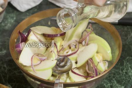 Яблоки смешаем с остальным салатом и добавим масло.