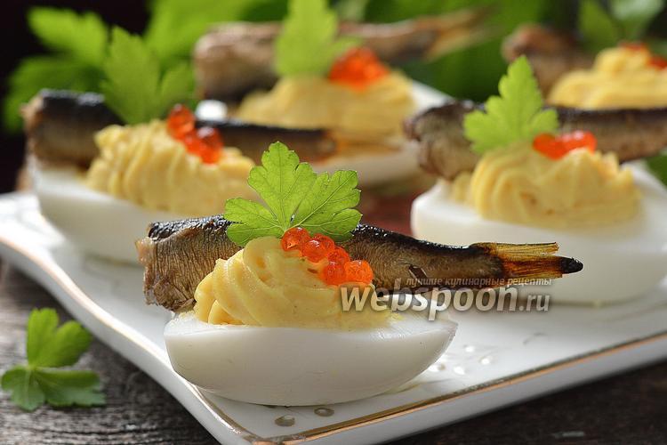 Фото Фаршированные яйца с икрой и шпротами