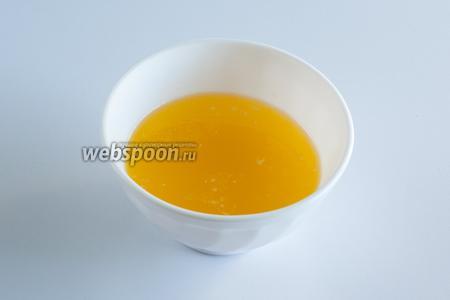 Растопить или размягчить до кремистой консистенции сливочное масло.